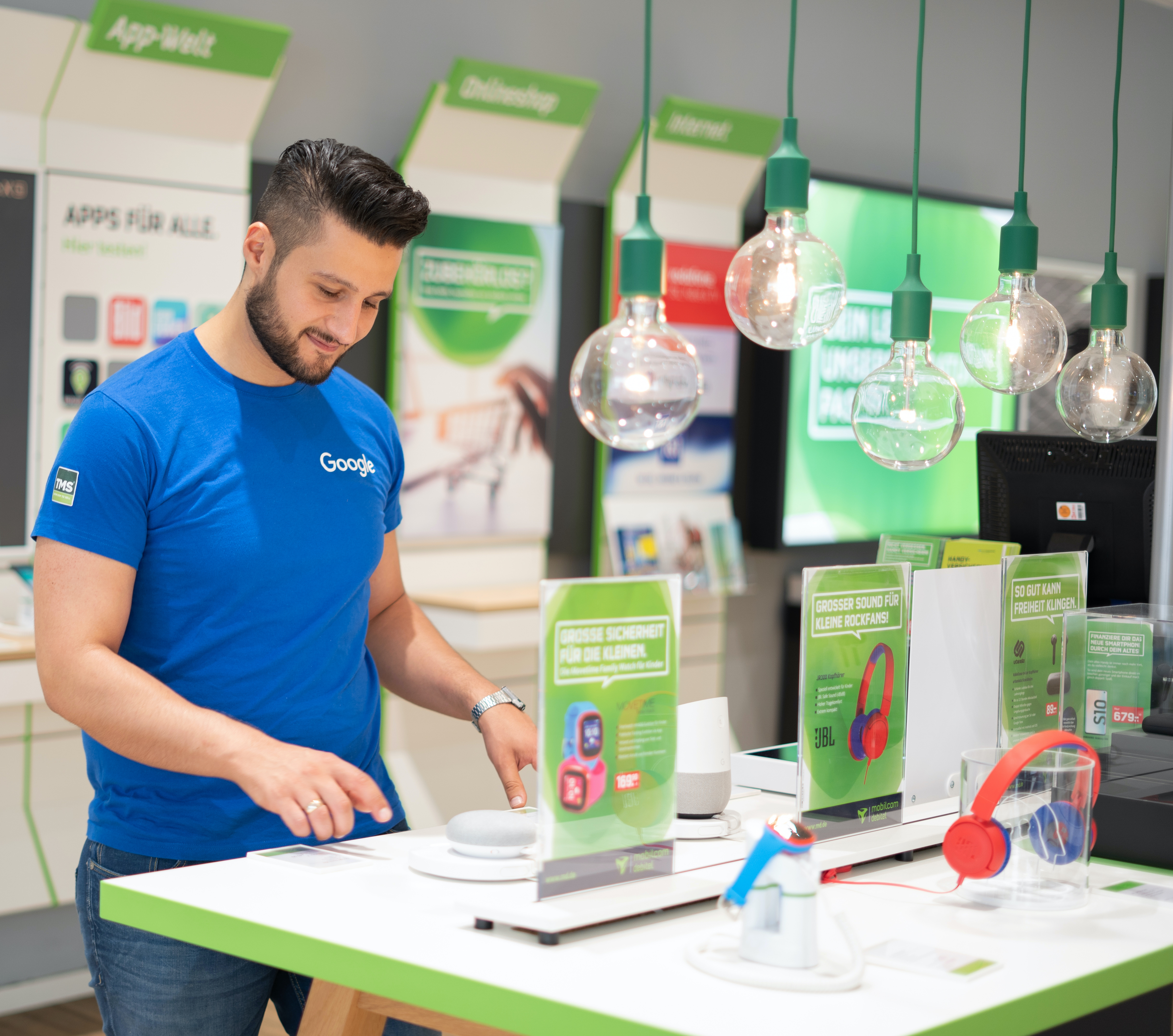 TMS Mitarbeiter beim Aufbau von Google Produkten im Store