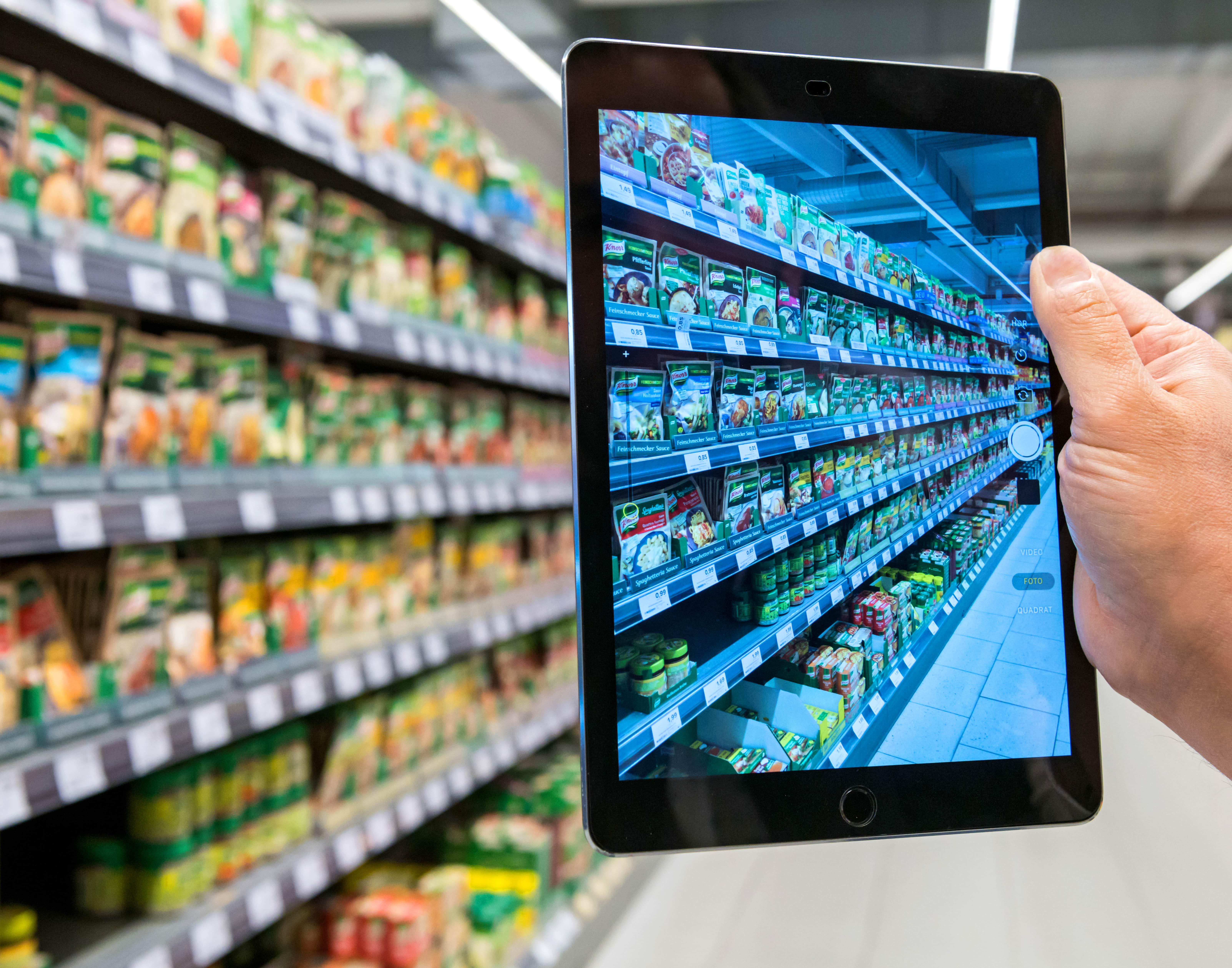 Ein Außendienstmitarbeiter mit Tablet bei der Datenerfassung