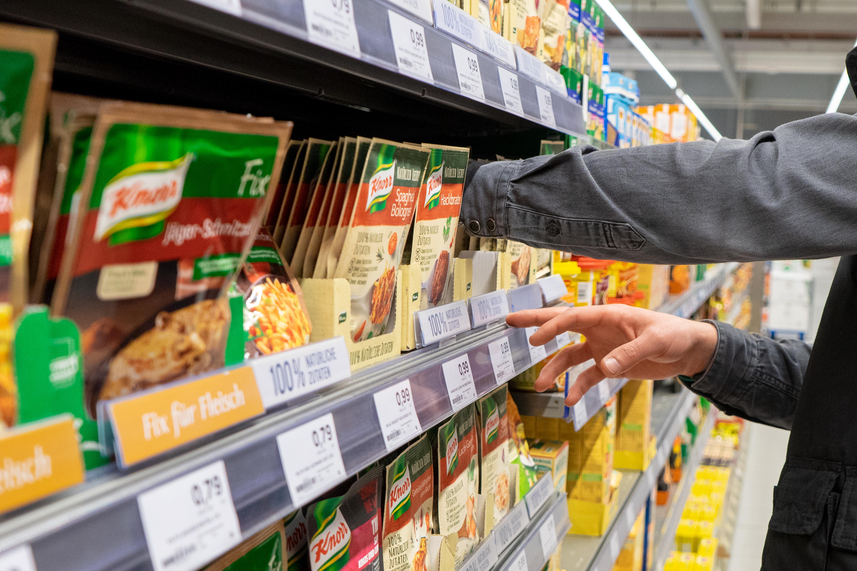 Regalservice bei. Fertigprodukten im Supermarkt