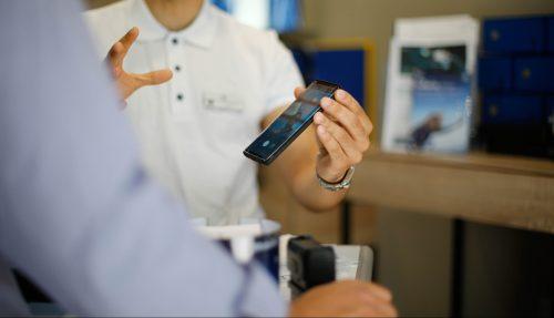 Verkaufsgespräch für Smartphone zwischen zwei Männern