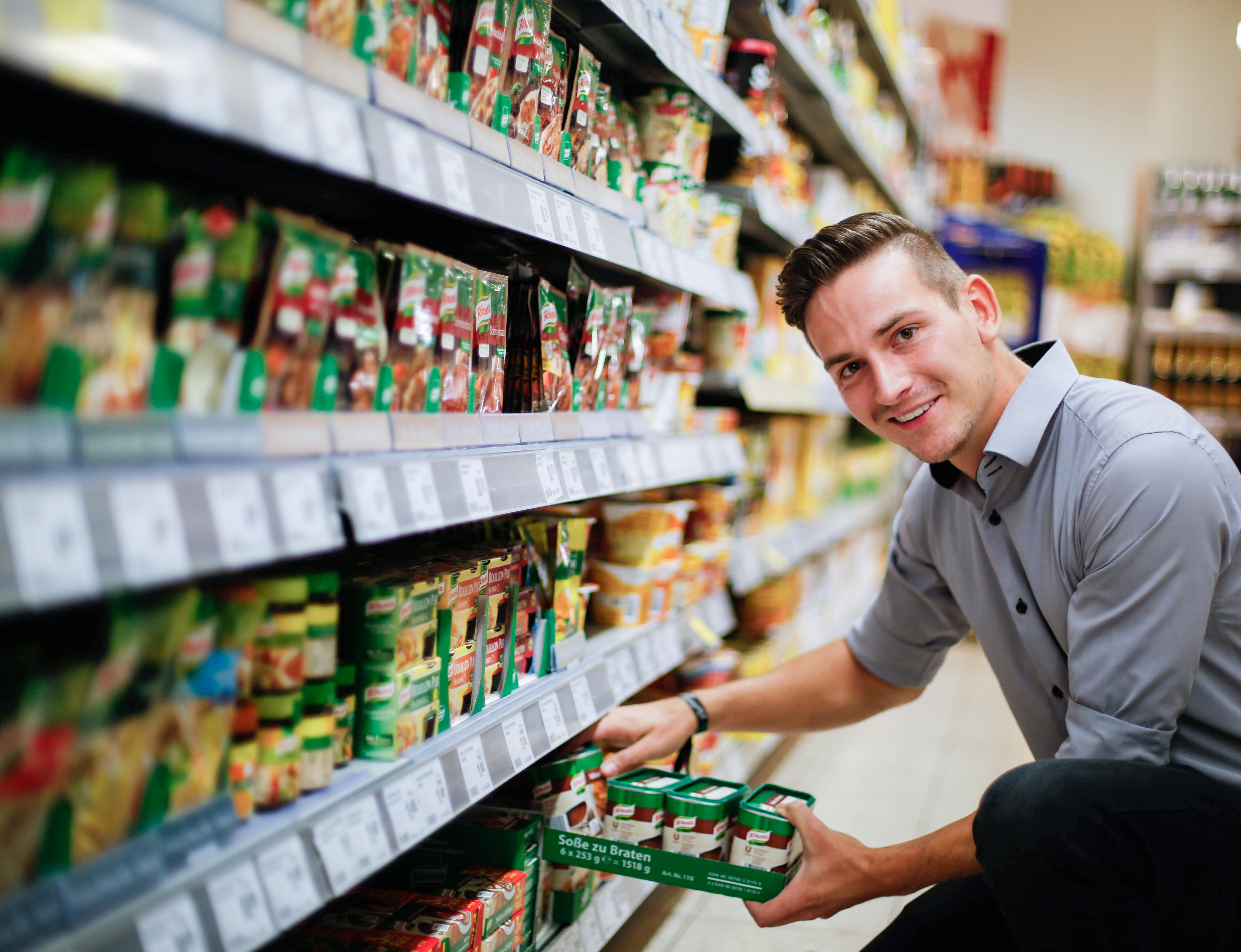 Warenverräumung im Supermarkt