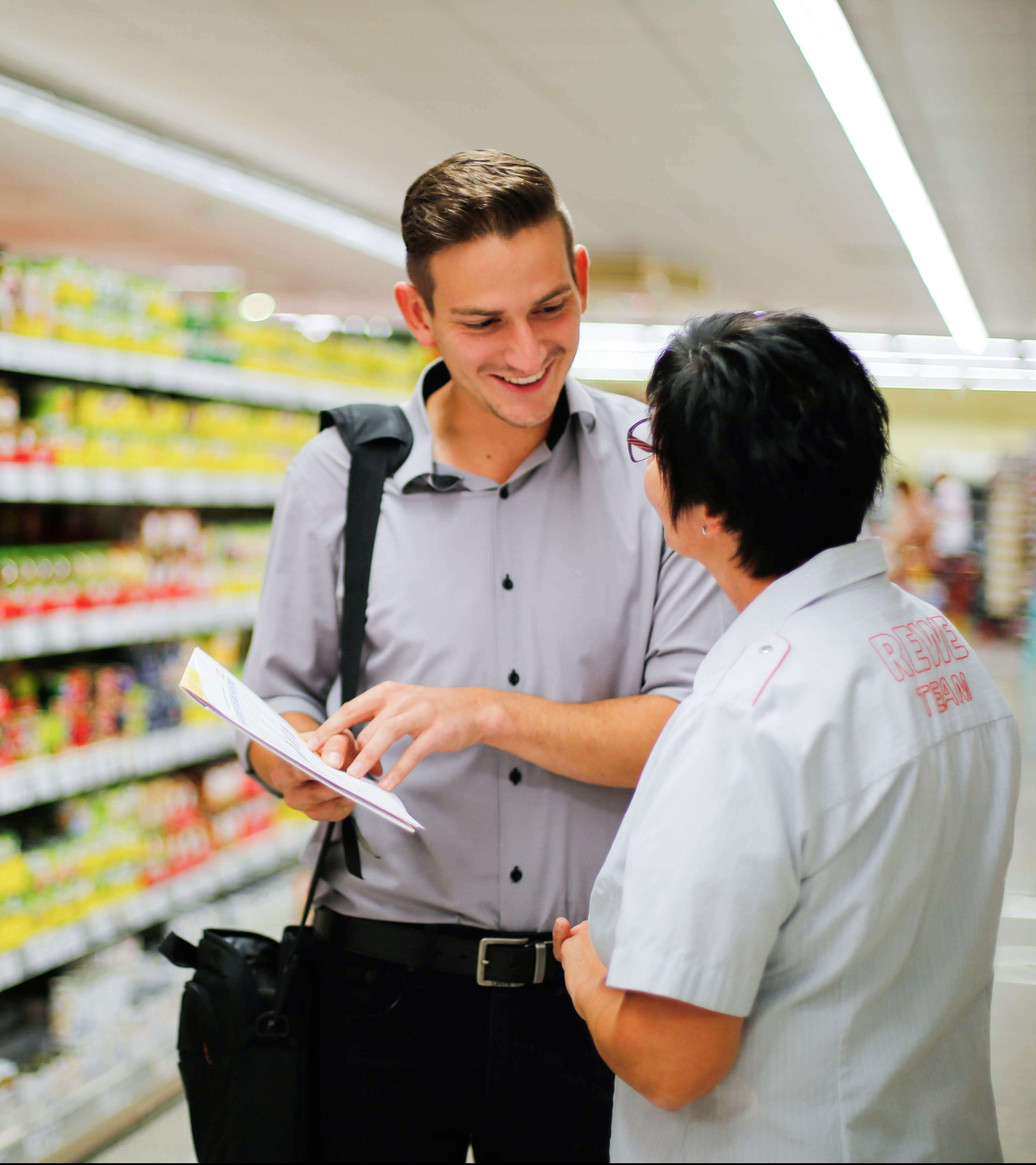 Ein Außendienstmitarbeiter im Lebensmitteleinzelhandel im Beratungsgespräch