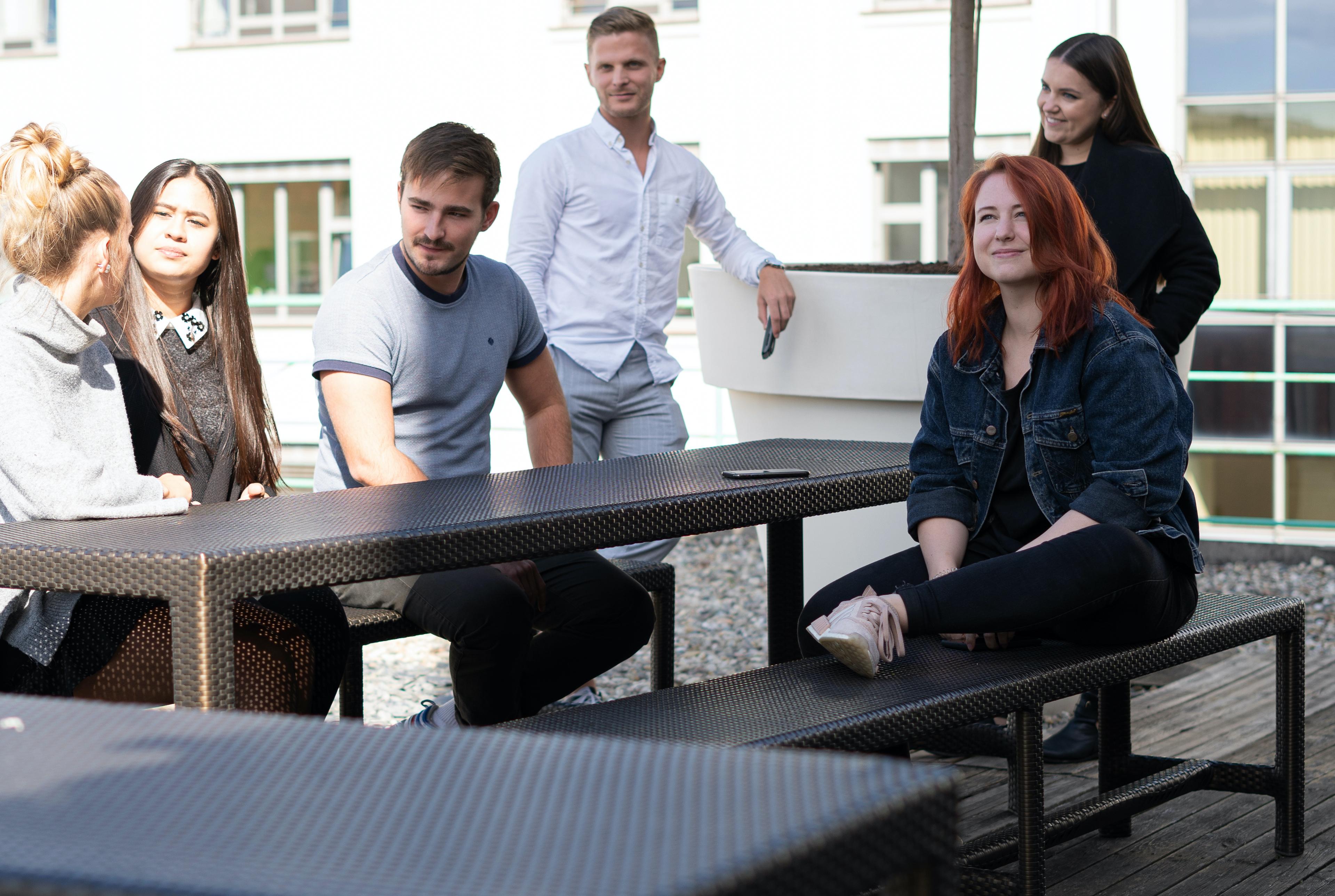 TMS-Team auf Terrassen-Garnitur