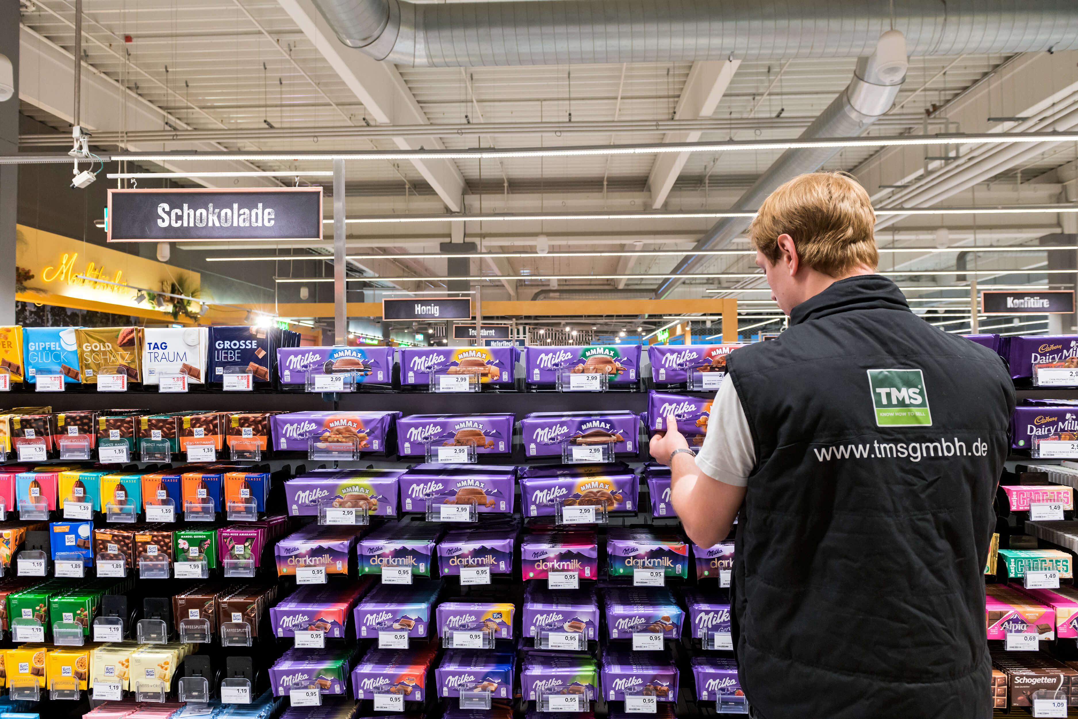 Mitarbeiter bei der Kontrolle der Lebensmittel im Supermarktregal