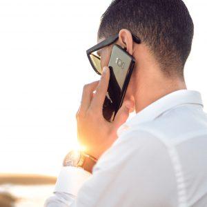 Telefonierender Mann von hinten