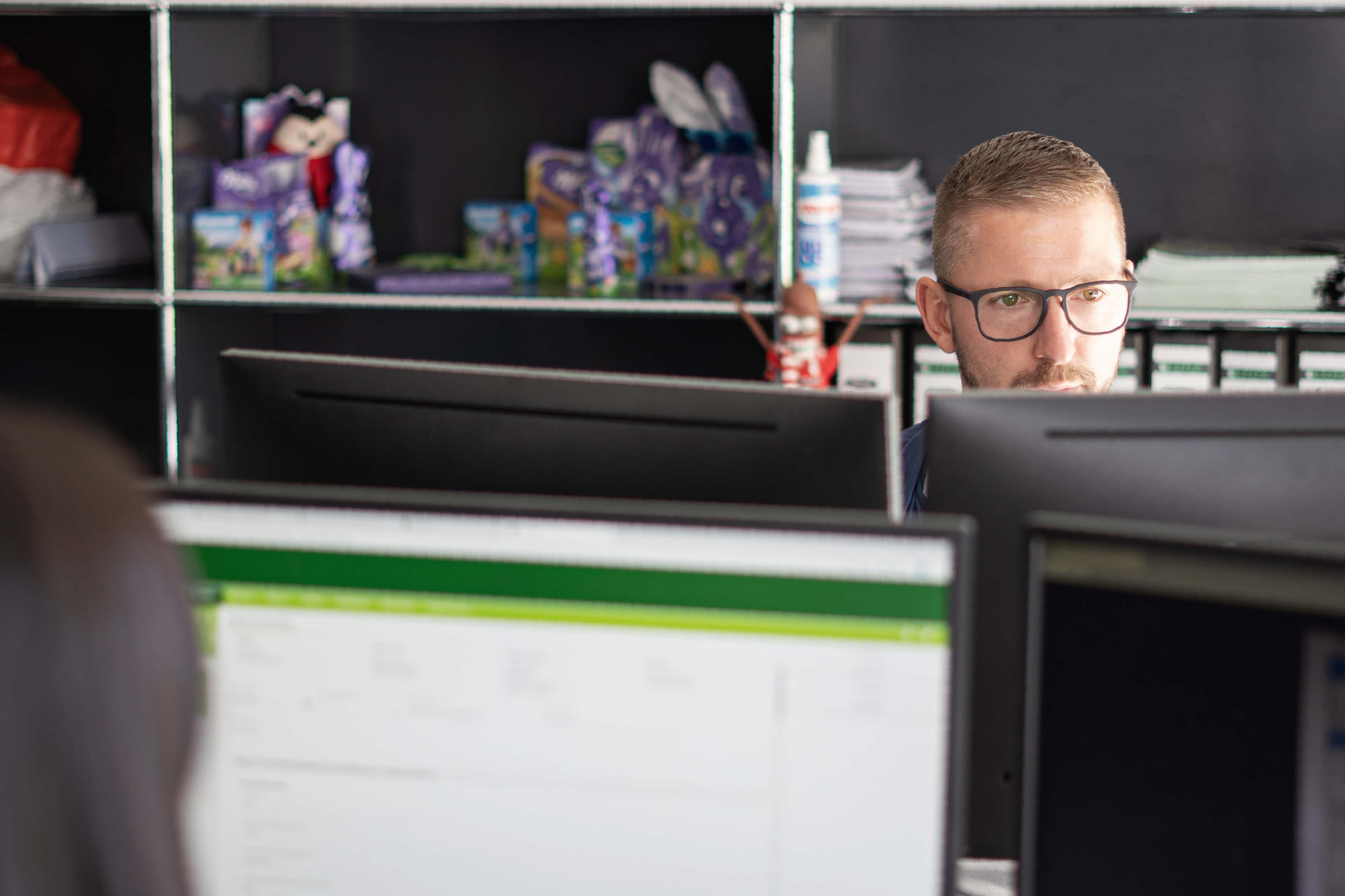 Ein Mann sitzt am Arbeitsplatz