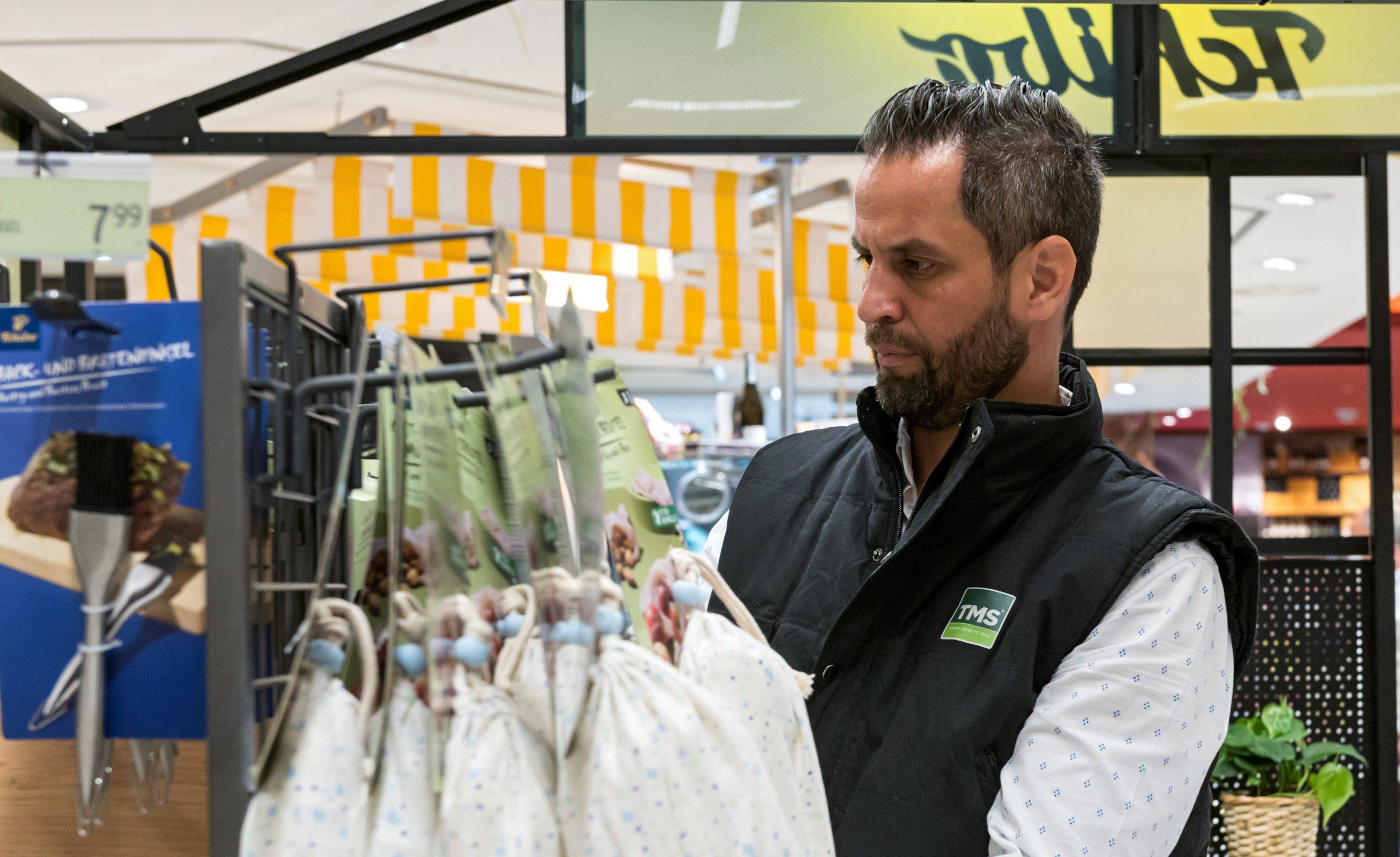 Ein Mitarbeiter am Point of Sale von TMS