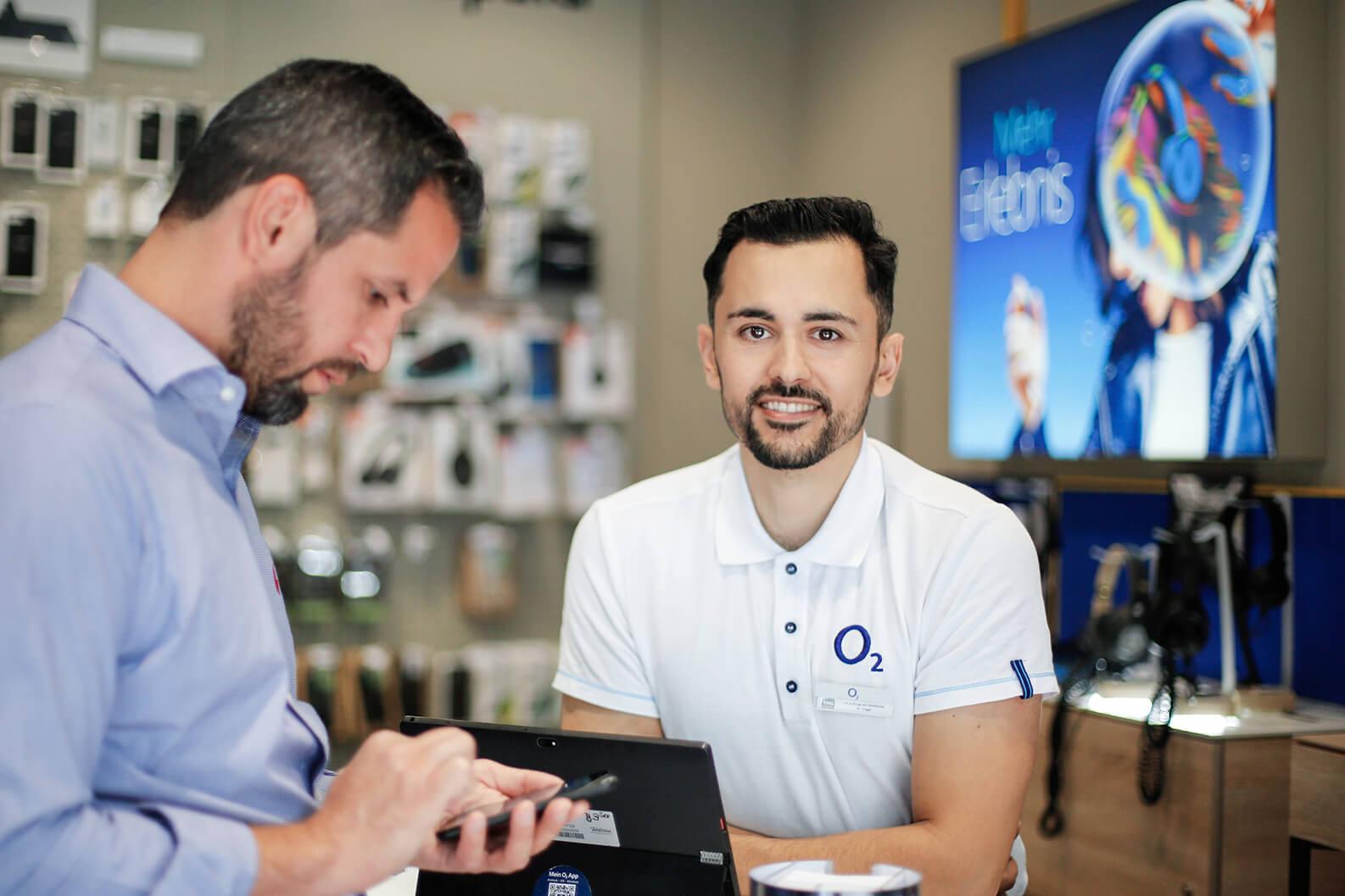 Ein Sales Promoter steht in einem Shop und lächelt
